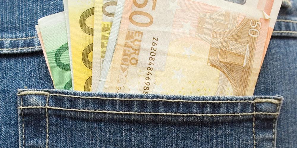 Geld in der Tasche Symbolfoto
