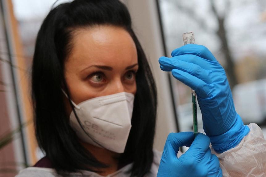 Frau bereitet Corona-Impfung vor