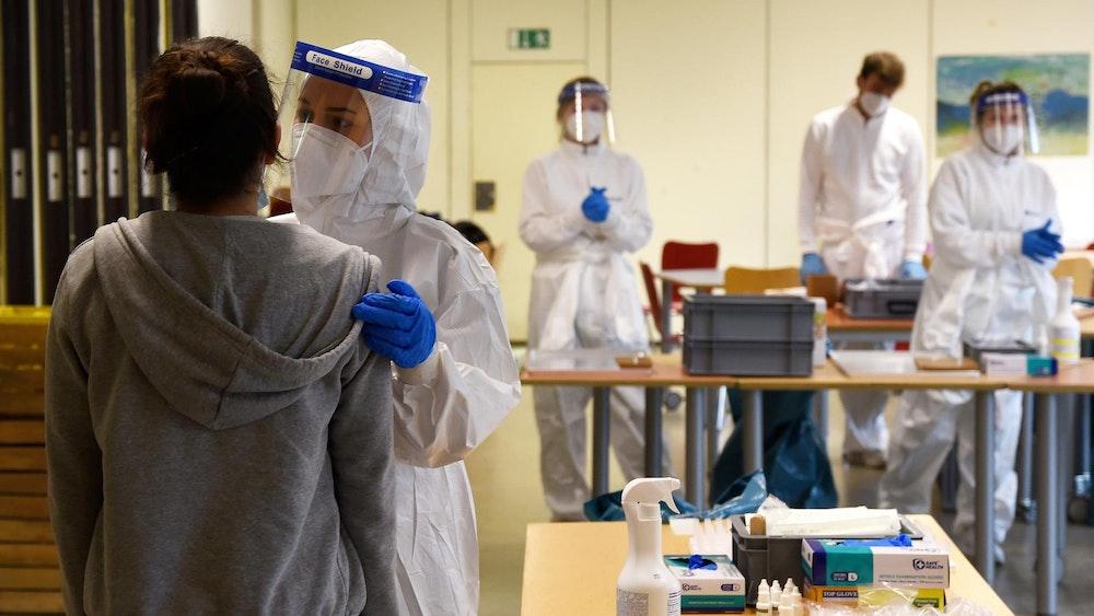 Corona-Tests an Kölner Schulen, hier am Montessori-Gymnasium, Rochusstraße, am 15. März 2021