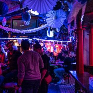 Partygäste sitzen im Kölner Club Klapsmühle