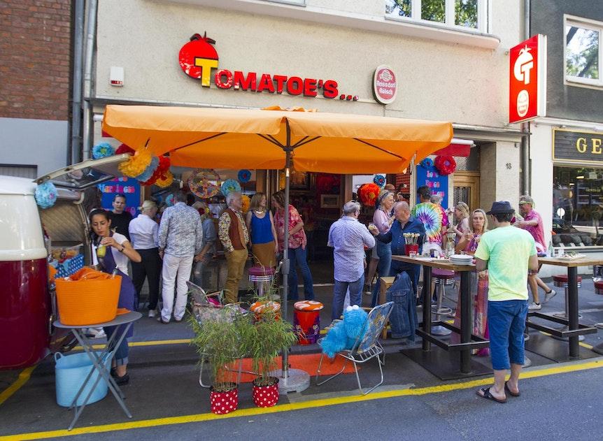 Geburtstagsgäste von Frank Schätzing vorm Lokal Tomatoes