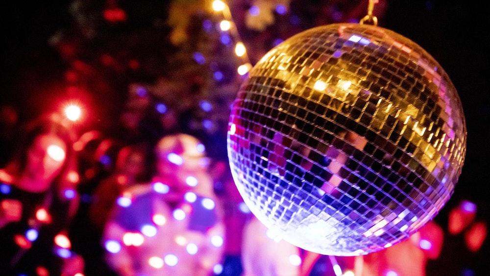 Eine Diskokugel dreht sich bei einer Party in einem Berliner Club.