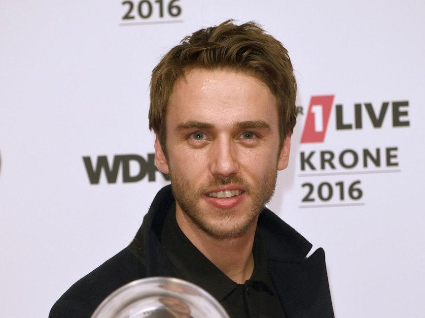 Clueso zeigt stolz die Eins-Live-Krone, die er 2016 gewonnen hat.