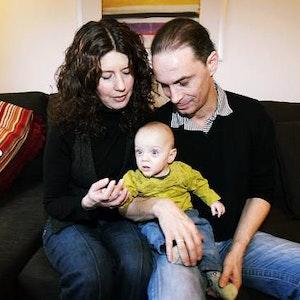 Pures Glück heute: Birgit und Peter Brings mit ihrer Tochter Lilli (heute 5,9 Kilo). Aufgeweckt schaut sie ins Leben.