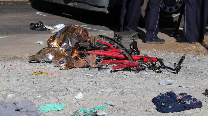Ein stark beschädigtes Fahrrad liegt auf dem Boden.