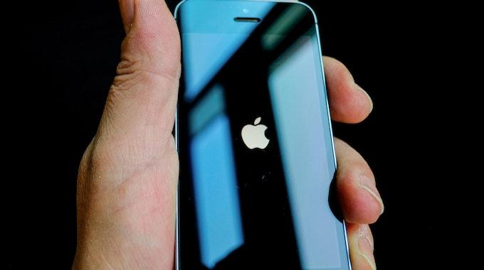 Jemand hält ein iPhone in der Hand