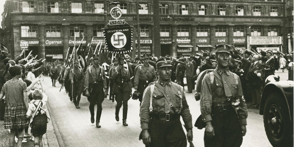 Ein Aufmarsch der SA an der Trankgasse am Hauptbahnhof