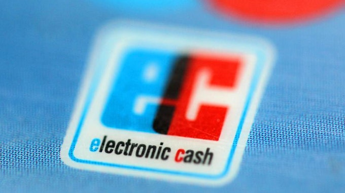 Bezahlen Kunden mit Geld-Karte und Unterschrift, sollte genügend Geld auf ihrem Konto sein.