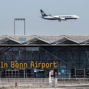 Flughafen Köln/Bonn mit Anflug einer Ryanair-Maschine