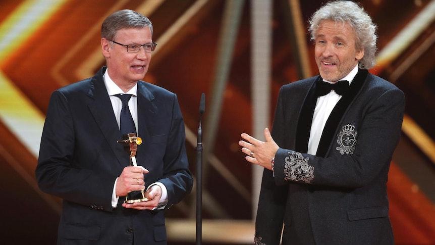Günther Jauch bekommt von seinem Freund und Laudator Thomas Gottschalk die Goldene Kamera verliehen.