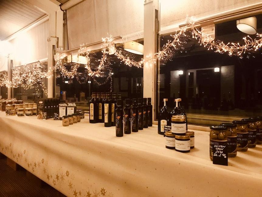 Wein und Spezialitäten auf dem Weihnachtsbasar im Fährhaus in Köln.