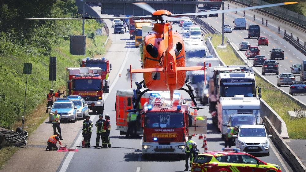 02.07.2018, Nordrhein-Westfalen, Ratingen: Ein Rettungshubschrauber hebt nach seinem Einsatz auf der Autobahn 3 ab. Ein Auto hatte sich bei einem Unfall überschlagen, es gab mehrere verletzte Personen.