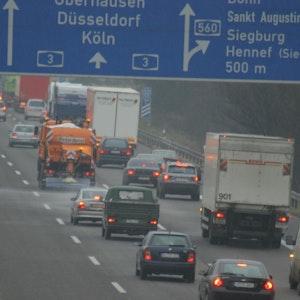 Die undatierte Aufnahme zeigt einen Abschnitt der Autobahn A3 im Rheinland mit dem Abzweig zur A560. Der Verkehr wird hier auf eine Spur umgeleitet.