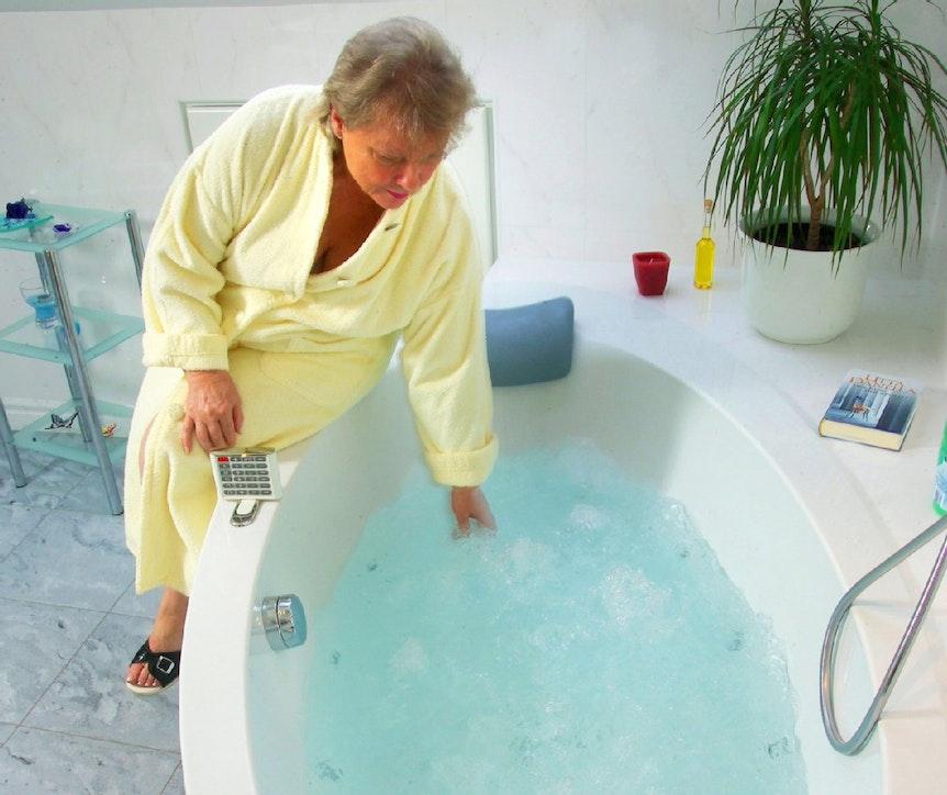 Ein Whirlpool im Bad wäre der Hit. Doch Vorsicht: Mieter haben bei Modernisierung oder Umbau der Wohnung nicht per se freie Hand – in vielen Fällen müssen sie erst die Zustimmung des Eigentümers einholen.