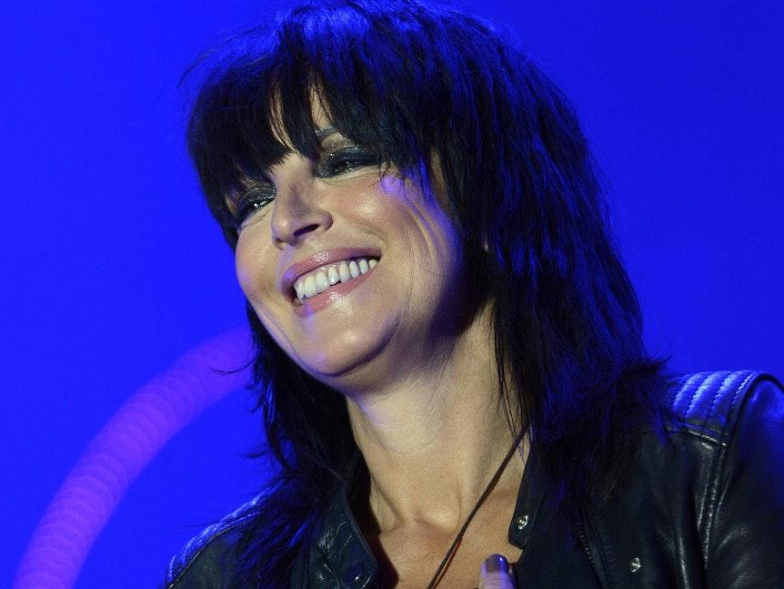 Nena lächelt nach einem Auftritt ins Publikum.