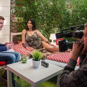 Schöne Ablenkung: Micaela Schäfer besuchte den Reporter, gab ihm Tipps.