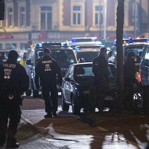 Beamte der Kölner Polizei bei einer Razzia