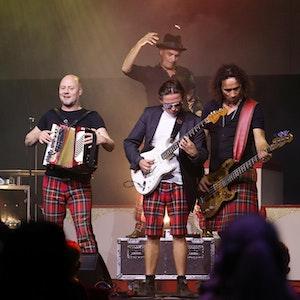Die Musiker von Brings spielen auf der Bühne des Theaters im Tanzbrunnen.