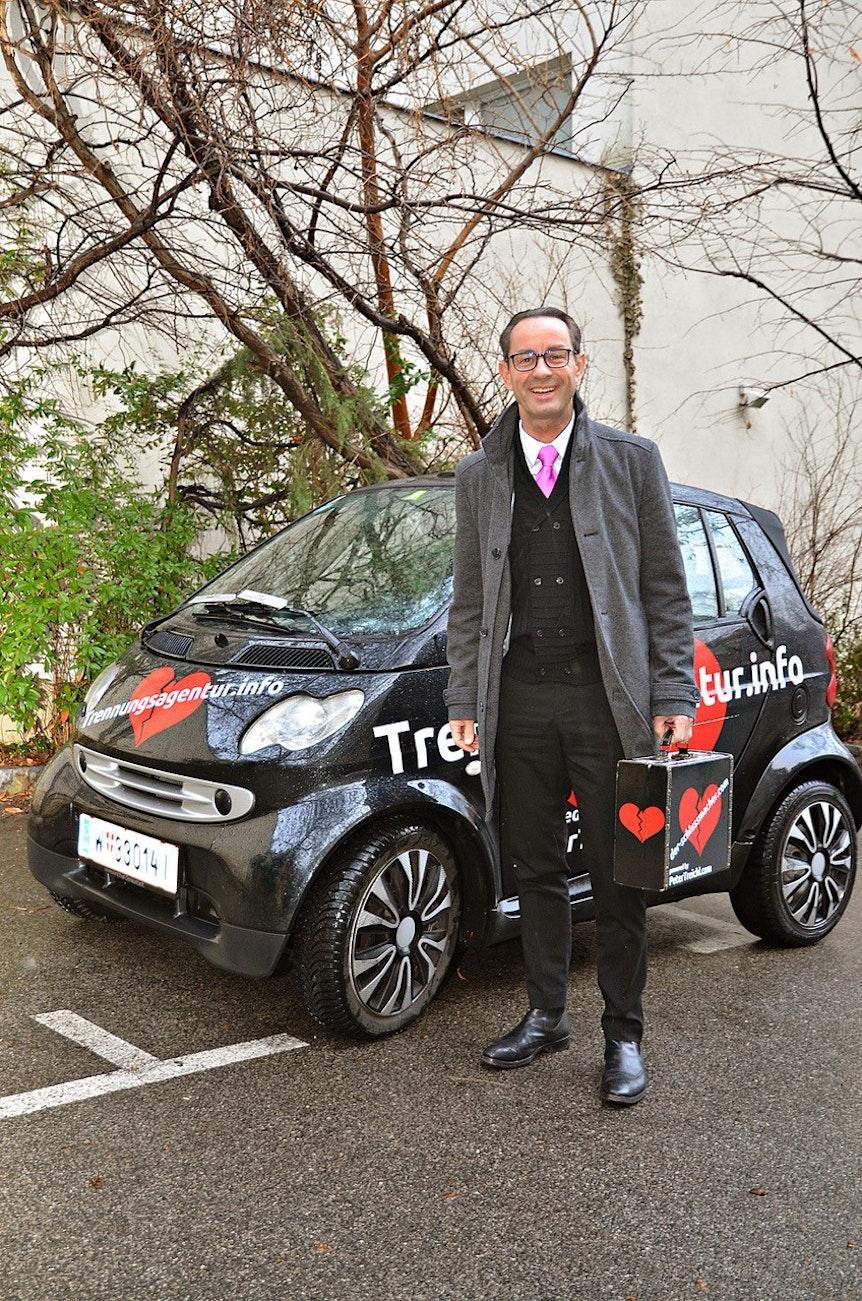 Trennungsagentur Herr Treichel vorm Smart mit Koffer