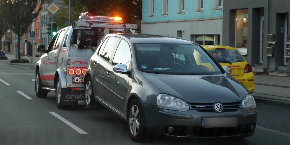 Ein VW Golf wird abgeschleppt, nachdem beide Insassen festgenommen wurden