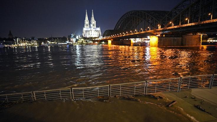 Hochwasser_Rheinpromenade _in_Koeln