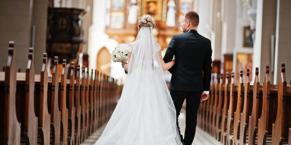 Ein Paar heiratet in der Kirche
