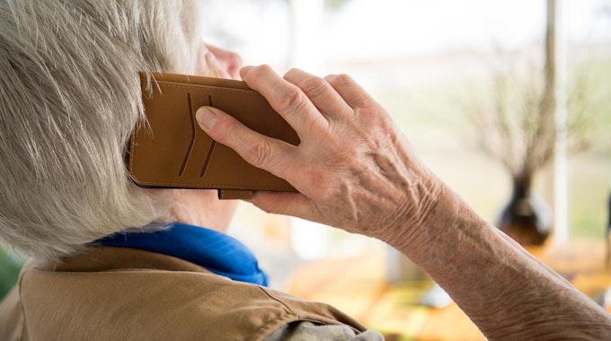 Eine Seniorin telefoniert mit dem Handy
