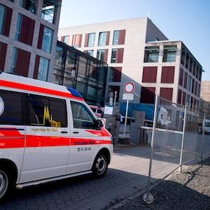 Ein Krankenwagen fährt auf das Gelände der Universitätsklinik Köln.