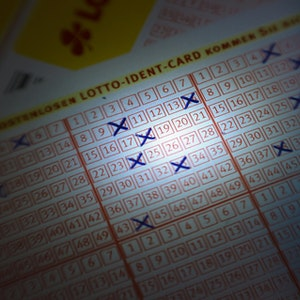 Lotto-Tippschein mit angekreuzten Zahlen
