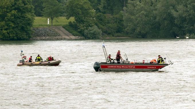 Die Rettungskräfte konnten die leblose Person schnell ausfindig machen (hier ein Archivfoto von einem Einsatz auf dem Rhein).