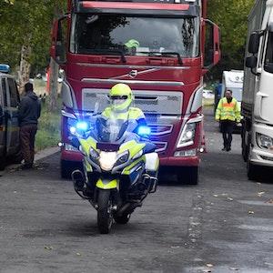 Die Polizei bringt einen Lkw zu einer Kontrollstelle in Köln.