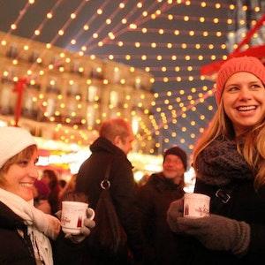 Wer die Tassen auf dem Weihnachtsmarkt einsackt, begeht eigentlich eine Straftat – trotzdem ist die Mitnahme von den Veranstaltern erwünscht.