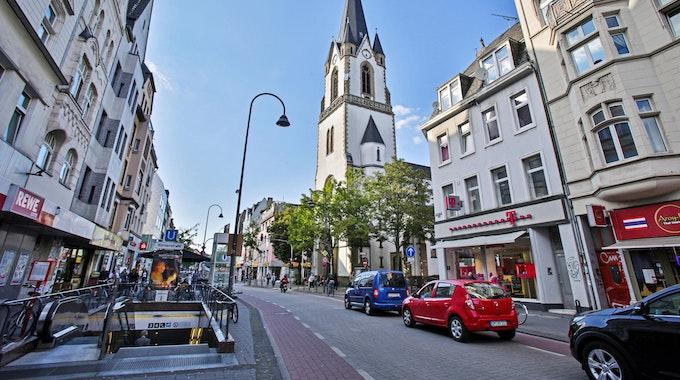 Autos fahren auf der Venloer Straße in Köln.