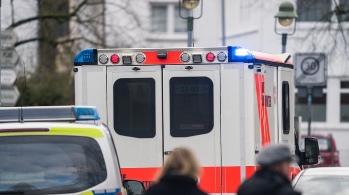 polizei rettungswagen personen