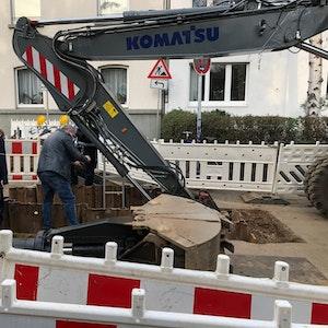 Stahlplatte trifft Bauarbeiter