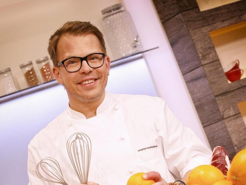 Mario Kotaska kocht im Fernsehen ein Gericht.