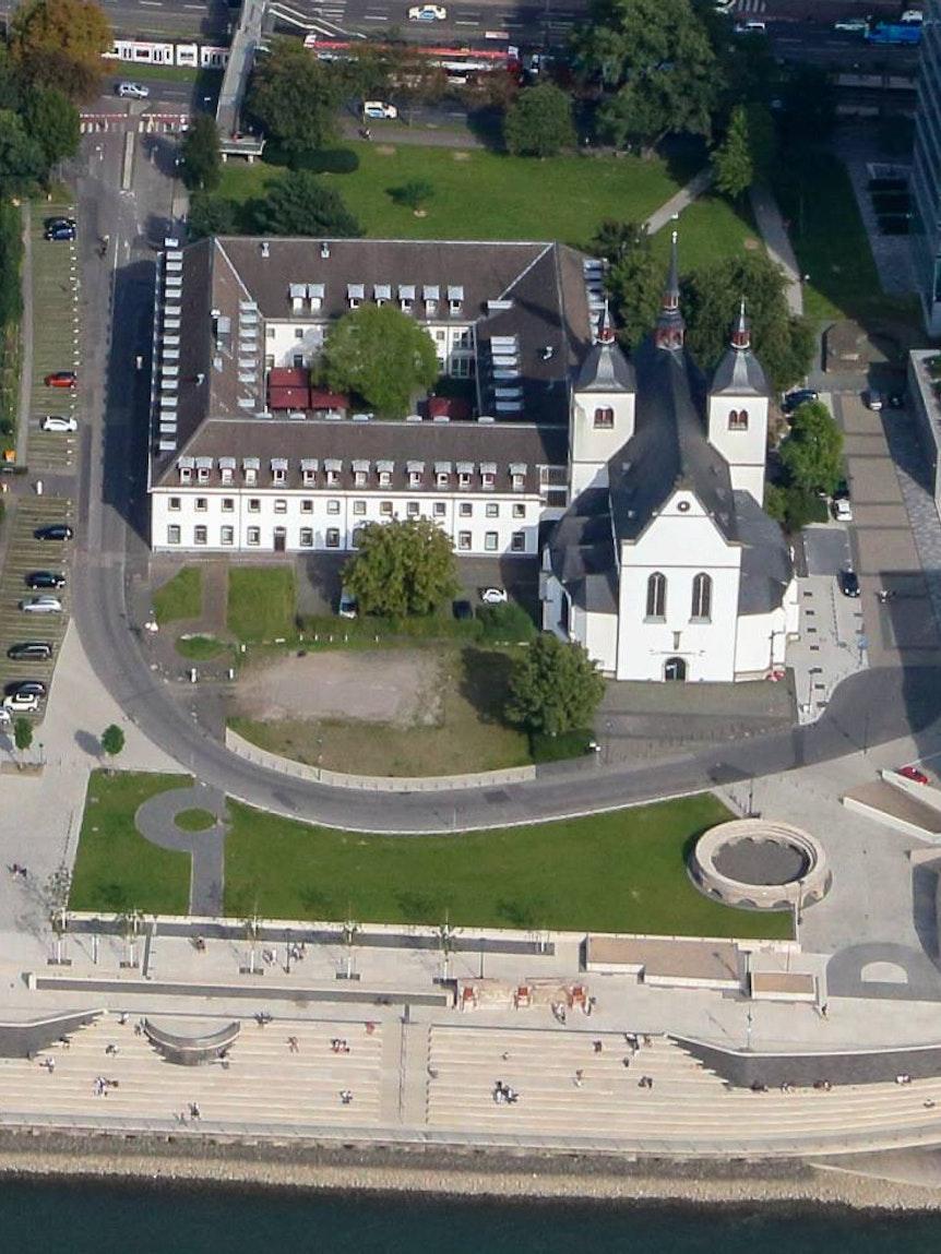 Luftaufnahme des Historischen Park Deutz in Köln mit Blick auf den Rheinboulevard.