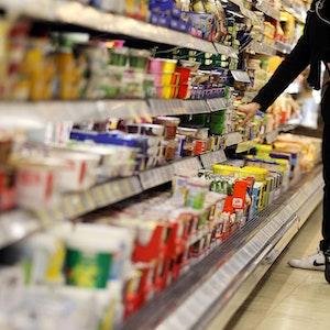 Ein Kunde kauft in einem Supermarkt ein. Immer wieder rufen Supermärkte und Discounter Produkte wegen des Stoffes Ethylenoxid zurück.