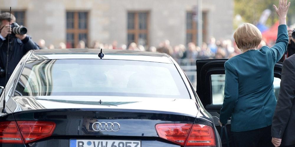 Auch Bundeskanzlerin Angela Merkel fährt mit Sonderschutzfahrzeugen. Hier steigt sie in einen Audi A8 L Security. Manchmal nutzt sie aber auch einen Mercedes S600 Guard oder einem BMW 760Li High Security.