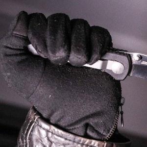 Mann hält Messer in der Hand.