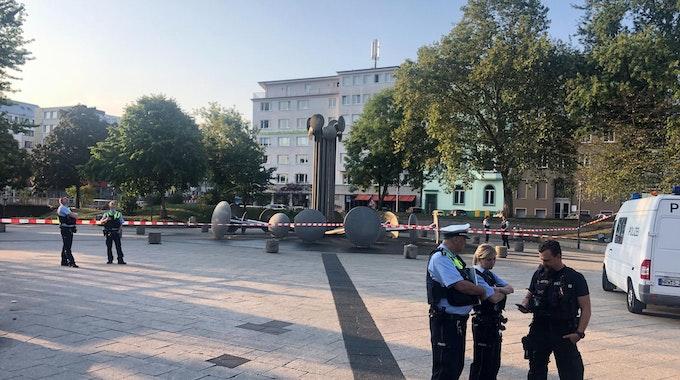 Polizisten sichern einen Tatort am Kölner Ebertplatz.