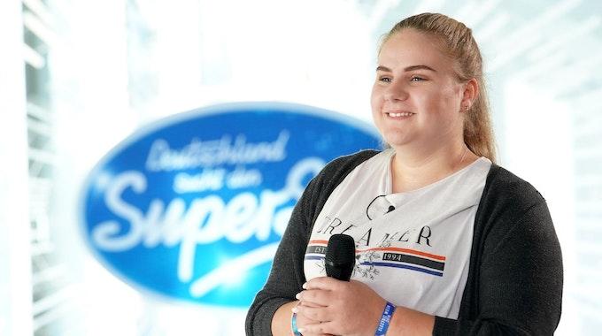 """Estefania Wollny steht mit Mikrofon in der Hand beim Casting für die TV-Show """"Deutschland sucht den Superstar"""" (DSDS)."""
