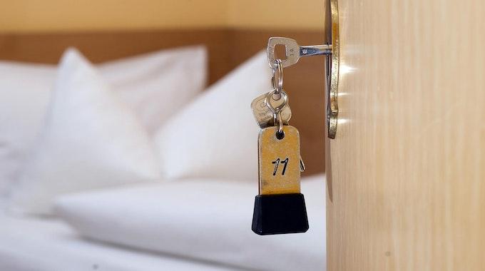 Hotelzimmer: Bett und Tür zum Hotelzimmer mit Schlüssel zum Zimmer