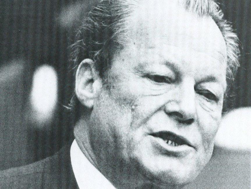 Willy Brandt am Rednerpult.