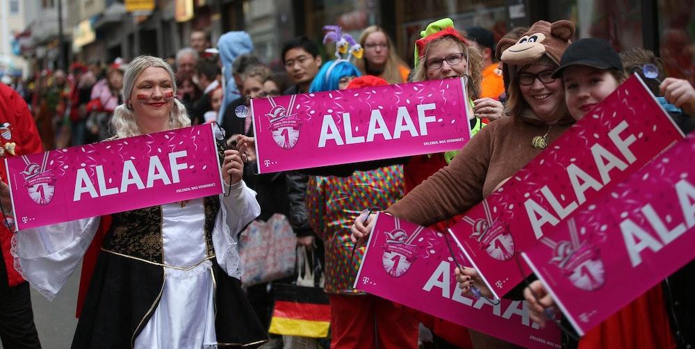 Karnevalisten feiern einen Straßenumzug