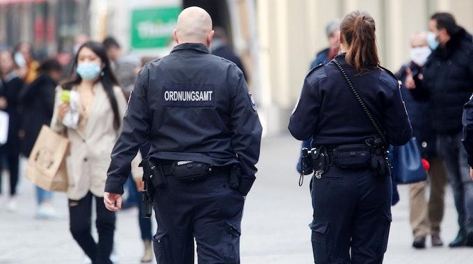 Mitarbeiter des Düsseldorfer Ordnungsamts auf Streife. Düsseldorf hat den kritischen Corona-Grenzwert überschritten.