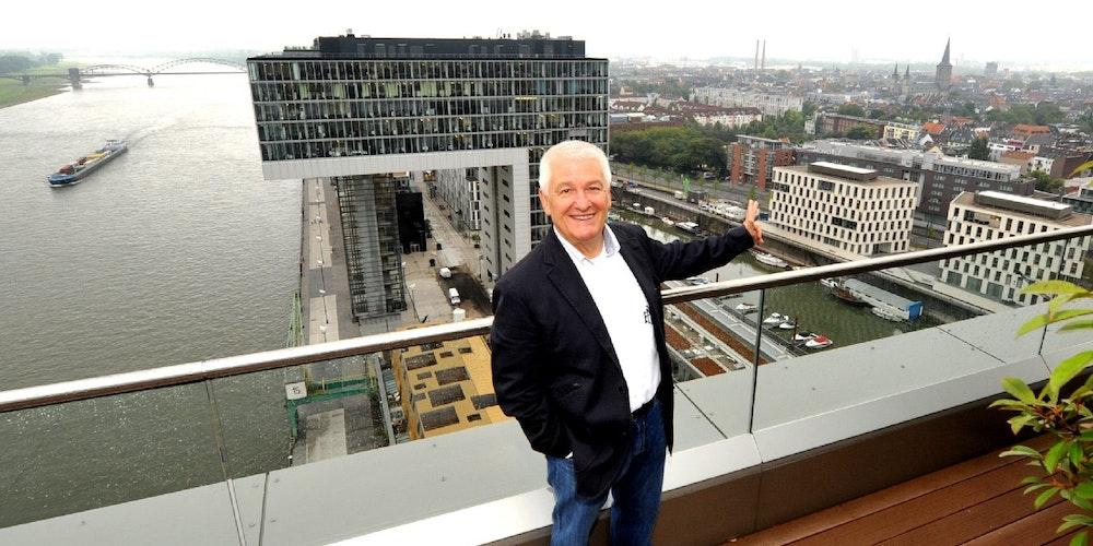 Marquardt auf seiner Dachterrasse, im Hintergrund die Büro-Kranhäuser und die Südstadt.