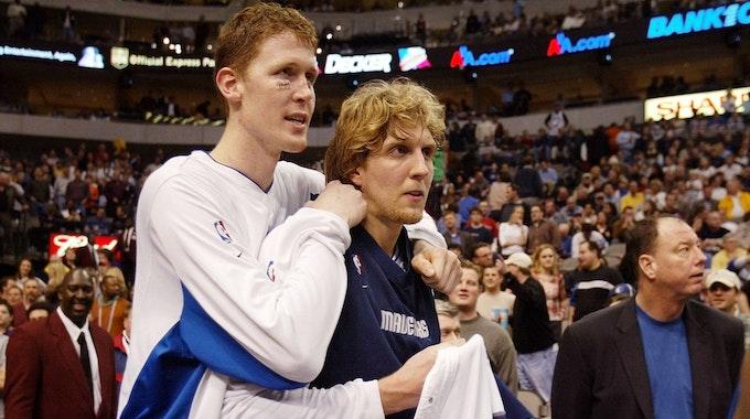 Shawn Bradley und Dirk Nowitzki bei einem Spiel der Dallas Mavericks