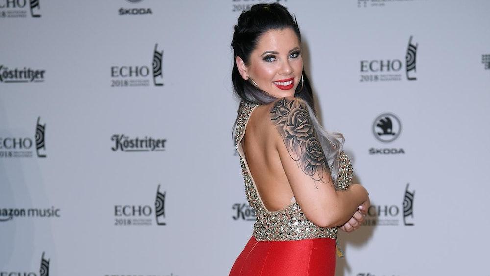 Jenny Frankhauser posiert in einem roten Abendkleid bei der Verleihung des Musikpreises Echo.