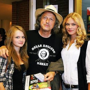 Stolzer Papa: Wolfgang Niedecken mit Joana-Josephie (links) und Isis Maria.